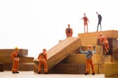 Pracownik robi drewnianemu kroka schodkowi Fotografia Stock