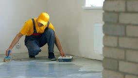 Pracownik robi mieszkania od?wie?aniu zdjęcie stock