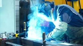 Pracownik robi spawać metal powierzchnie produkujący wiele jaskrawe iskry i błyski zdjęcie wideo