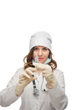 Pracownik służby zdrowia przygotowywa wtryskowego odosobnienie na bielu Fotografia Stock