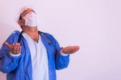 Pracownik służby zdrowia z jego mundurem na neutralnym tle zdjęcia stock