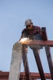 Pracownik spawa stal budować dach Obrazy Stock