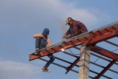 Pracownik spawa stal budować dach Obraz Royalty Free