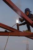 Pracownik spawa stal budować dach Zdjęcia Stock