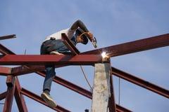 Pracownik spawa stal budować dach Zdjęcia Royalty Free
