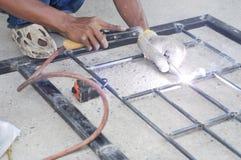 Pracownik spawa stalowych bary. Obrazy Stock