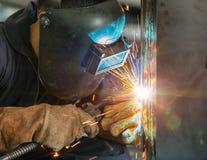 Pracownik spawalnicza budowa MIG spawem Fotografia Stock