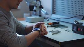 Pracownik stawia dalej antistatic pasek na jego prawej ręce zbiory