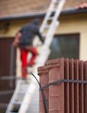 Pracownik stawia nowe dachowe płytki na domu Obraz Royalty Free