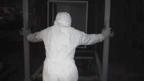 Pracownik stawia nowego przedmiot w farby budka dla malować klamerka obrazu budka przy fabryką Tradesman pracuje w a zbiory