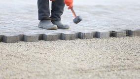 Pracownik stawia puszków brukowych kamienie zdjęcie wideo