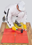 Pracownik stosować ceramiczne płytki obrazy stock