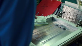 Pracownik stosuje termiczną mieszankę na obwód desce zbiory
