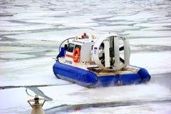 Pracownik straży przybrzeżnej drużyna na łodzi ratunkowej zdjęcie royalty free