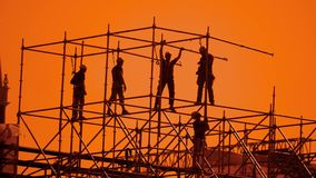 Pracownik sylwetka przy zmierzchów budowniczymi zbiera projekt pracownika budowlanego pojęcia budynku sylwetki mężczyzna styl życ zdjęcie wideo