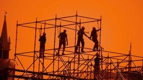 Pracownik sylwetka przy zmierzchów budowniczymi zbiera projekt pracownika budowlanego stylu życia pojęcia budynku sylwetki mężczy zbiory