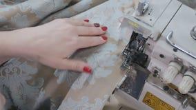 Pracownik używa maszynę dla ciąć tkaniny zbiory