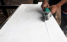 Pracownik używa ostrzarza dla rżniętych betonowych płyt z pyłem w przestrzeni, przestrzeni dla teksta lub wizerunkach tła i kopii Obraz Royalty Free