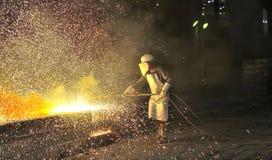 Pracownik używa pochodnia krajacza ciąć metal zdjęcie royalty free