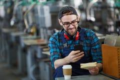 Pracownik Używa Smartphone na przerwie zdjęcie stock