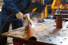 Pracownik używa spawalniczego wyposażenie dla metalworking Zdjęcie Stock