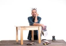 Pracownik w błękitnej koszula naprawie stół Fotografia Stock
