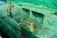 Pracownik w budowie, Odnawi drenaż pod drogą, T Obraz Stock