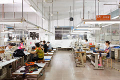 Pracownik w chińskiej szaty fabryce zdjęcie stock