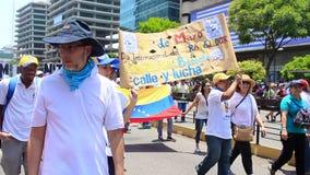 Pracownik?w ??dania dla wysokich pensji i rezygnacja Nicolas Maduro na mi?dzynarodowym dniu roboczym w Caracas, Wenezuela zdjęcie wideo
