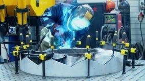 Pracownik w ochronnej masce robi spawce przemysłowa jednostka Spawalniczy proces zbiory