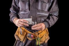 Pracownik w ochronnej odzie?y i kolbie z ajer?wk? Opi?y produkcja pracownik w miejsce pracy obraz royalty free