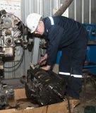 Pracownik w ochronnym odziewa naprawy samochodu mechanizm Zdjęcie Stock