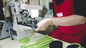 Pracownik w przemysłu włókienniczego szyć obraz royalty free