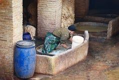 Pracownik w Rzemiennej tradycyjnej garbarni fez Morocco Obraz Stock