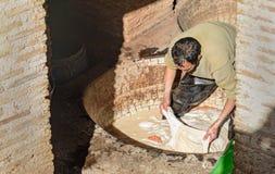 Pracownik w Rzemiennej tradycyjnej garbarni fez Morocco Zdjęcia Stock