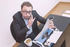 Pracownik wprawiać w zakłopotanie z nowa technologia przyrządami fotografia royalty free