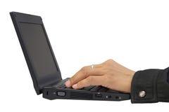 Pracownik wręcza działanie na jego laptopie Obraz Royalty Free