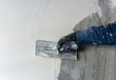 Pracownik wykonuje wewnętrznego tynk Fotografia Stock