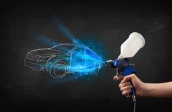 Pracownik z airbrush pistoletu obrazu ręka rysującym samochodem wykłada Zdjęcie Stock