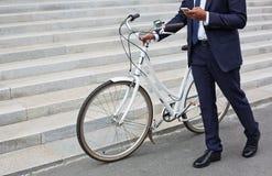 Pracownik z bicyklem Zdjęcie Stock