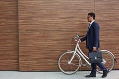 Pracownik z bicyklem i teczką Zdjęcia Stock