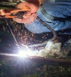 Pracownik z elektrycznym spawem łuku metalu ochroniony spaw Zdjęcia Royalty Free