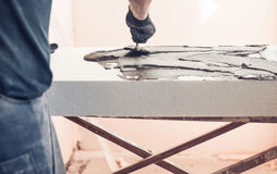 Pracownik z kielni nakrycia piany klingerytem Obrazy Stock