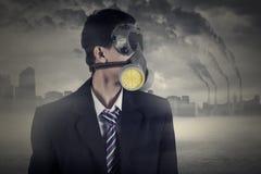 Pracownik z maską gazową i zanieczyszczeniem powietrza Zdjęcie Royalty Free