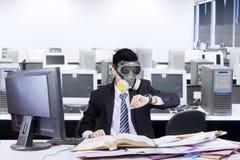 Pracownik z maską gazową w biurze Obrazy Royalty Free