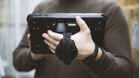 pracownik z pastylką Używa nowożytne technologie w produkcji fotografia royalty free