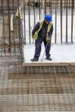 Pracownik z piętakiem usuwa drewnianych formworks Zdjęcie Royalty Free