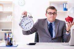 Pracownik z piggybank w czasu zarządzania pojęciu zdjęcie royalty free