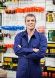 Pracownik Z rękami Krzyżować W narzędzia sklepie Fotografia Stock