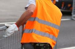 pracownik z rękawiczka ruchów żelaznymi przeszkodami zdjęcie royalty free